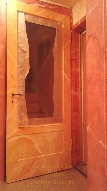 Orangencalzit Türe in rotem Marmor Rahmen